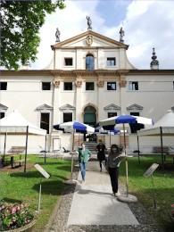 facciata con ombrelloni e bibliotecarie piccola.jpg